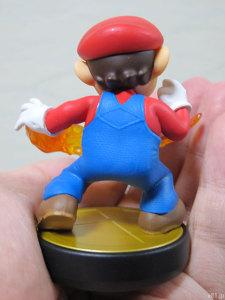 任天堂のキャラクターフィギュア「amiibo」マリオの背面